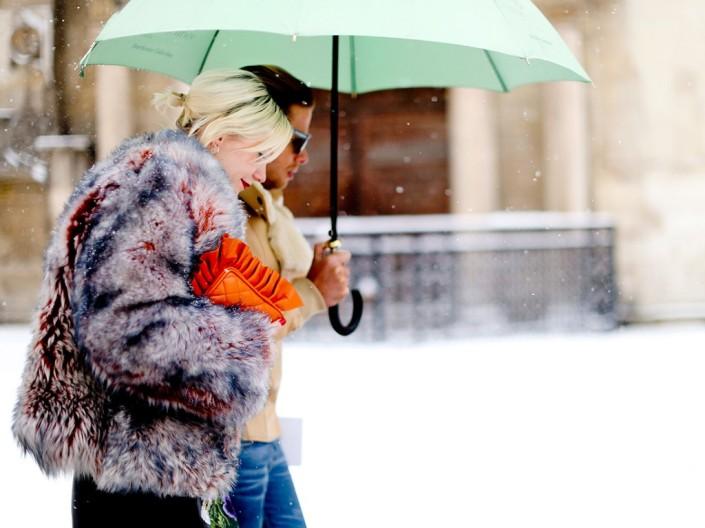 Street-style-comment-etre-chic-sous-la-neige-Manteau-gris-en-fourrure-et-pochette-orange_visuel_galerie2_ab